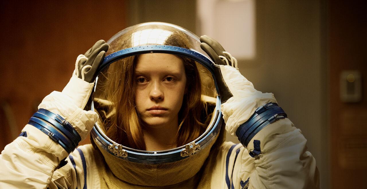 """High Life - Mia Goth im Scienc-Fiction-Thriller """"High Life"""" über ein Raumschiff in Richtung Schwarzes Loch. - © Polyfilm"""