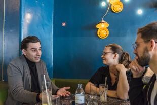Debatte Politik_4_1.jpg - <strong>Kritische Junge</strong><br /> Muamer Bećirović und Eva Maltschnig nehmen sich bei Kritik an den Parteien, in denen sie sozialisiert wurden (ÖVP bzw. SPÖ) kein Blatt vor den Mund – und schätzen ein, wie die nächste Koalition aussehen könnte. - © Tosca Santangelo