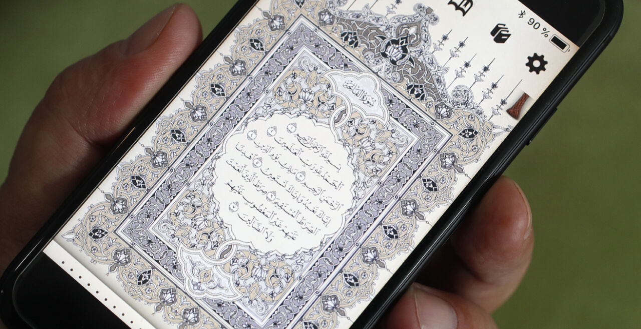 Alte Worte, neues Medium - Der moderne Kontext zeigt, dass der Koran nicht mehr als Buch zwischen zwei Deckeln gelesen wird, sondern via Display eines Smartphones. Die historische Kontextualisierung soll dazu dienen, die Dialogizität zwischen Offenbarung und der Lebenswirklichkeit im Kontext der Verkündigung des Korans aufzuzeigen. - © Getty Images / Fred de Noyelle / Godong