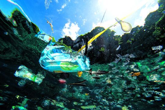 Plastikflut - Mindestens neun Millionen Tonnen Plastik landen pro Jahr in den Ozeanen (Plastikmüll aus der Unterwasser- Perspektive). - © iStock / Magnus Larsson