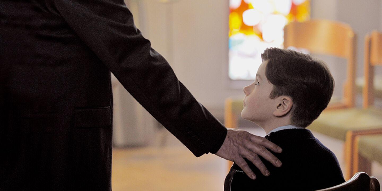 GelobtSeiGott_Filmstill_10 - Schweigen gebrochen<br /> FranÇois Ozongelingt es in seinem Film, die Tragödien des Missbrauchs erfahrbar zu machen. - © thimfilm