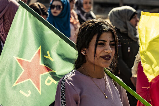 Kurdische Demonstrantin - © Foto: APA/AFP/Delil Souleiman