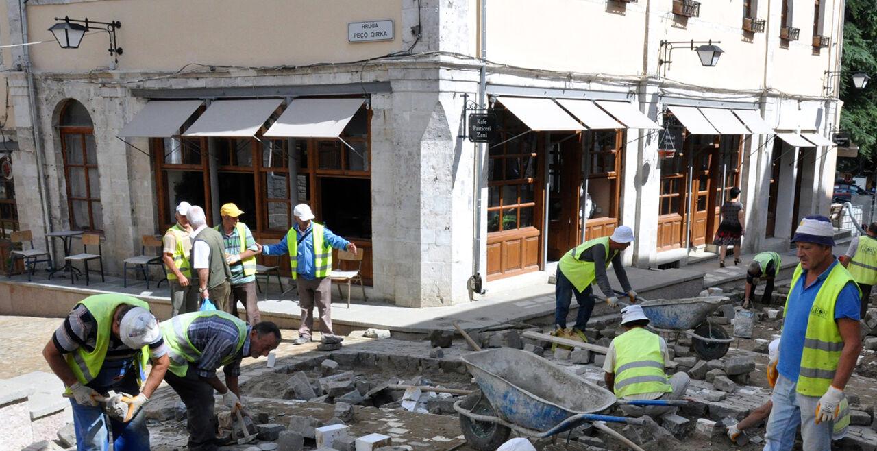 Umbau am Westbalkan - Neue Straßen in Gjirokastra stehen symbolisch für den Umbau und Neubau der Staaten am Westbalkan. Ziel ist der EU-Beitritt. Hindernisse sind zu wenig Rechtsstaatlichkeit und zu viel Korruption. - © Foto: Wolfgang Machreich