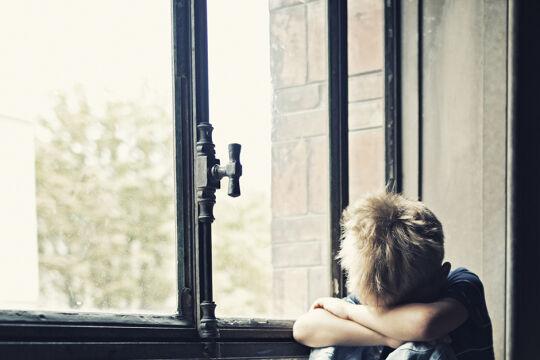 Allein gelassen - Teilt man die Gesellschaft in drei soziale Schichten, finden sich bei Kindern in der unteren Schicht mehr Kopfschmerzen, Nervosität, Schlafstörungen und Einsamkeit. - © iStock/imgorthand