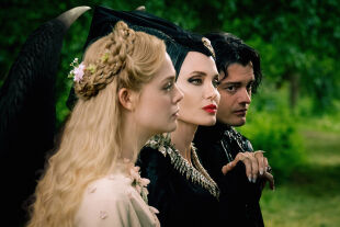 "Maleficent - Elle Fanning, Angelina Jolie und Sam Riley (v. li.) in ""Maleficent – Mächte der Finsternis"". - © Disney"
