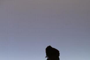 Mary said what she said - Von Isabelle Huppert ist zu Beginn der Inszenierung nur ein royal anmutender Schattenriss zu sehen - © Lucie Jansch