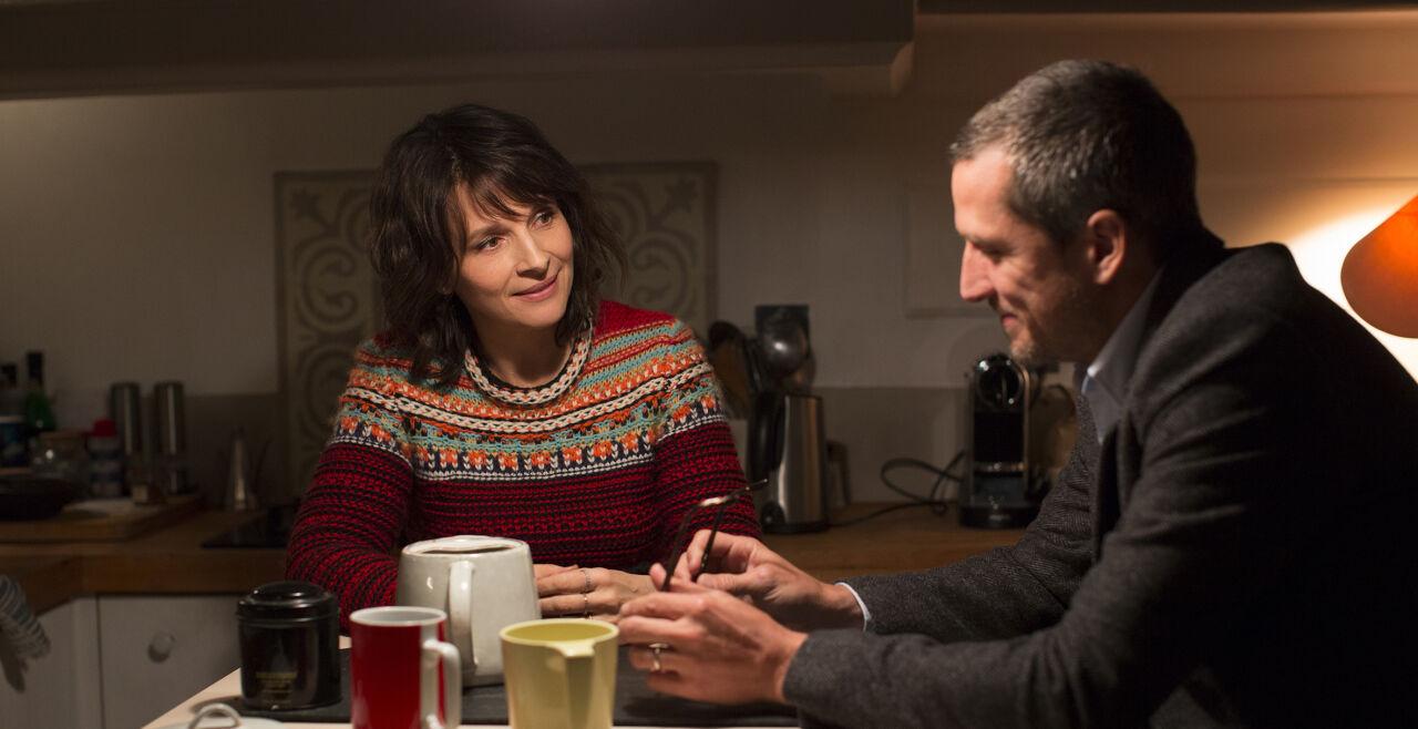 """Zwischen den Zeilen - Selena (Juliette Binoche) ist der Star einer Action-TV-Serie. Alain (Guillaume Canet) leitet einen renommierten Verlag. Nicht nur um dieses Traditionsunternehmen wird in """"Zwischen den Zeilen"""" gekämpft. - © Thimfilm/Alamode"""