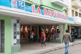 Bekleidungsgeschäft auf Kuba - © Foto: Getty Images / Roberto Machado Noa / LightRocket