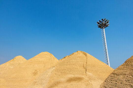 Sandforschung - Wissenschafter widmen sich dem Baustoff-Recycling und hoffen, Wüstensand für das Bauen nutzbar zu machen. Auch die Folgen des Sandabbaus für die Biodiversität stehen im Fokus. - © iStock / thanasus