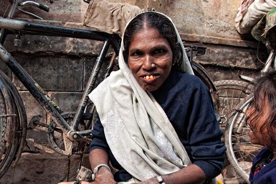 """Indische Baby-Massage - Die Shantala-Massage ist vom Ayurveda geprägt. Sie wurde in Indien mündlich von Generation zu Generation weitergegeben. Der Arzt Frédérick Leboyer beschrieb die Methode in seinem Buch """"Sanfte Hände"""" (Bild: Varanasi, Uttar Pradesh). - © Getty Images / Raquel Maria Carbonell Pagola / LightRocket"""