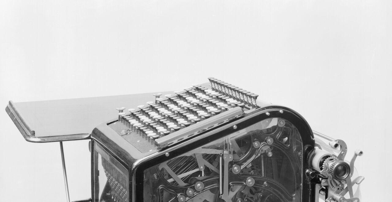 Rechenmaschine  - Soziale Messung Im Jahr 1623 wurden erstmals Rechenmaschinen (dieses Modell stammt von 1890) urkundlich erwähnt. Mit ihrer Hilfe wurde im Laufe der Zeit (auch) menschliches Verhalten in einem sozialen Umfeld gemessen. - © Foto: Getty Images  / SSPL