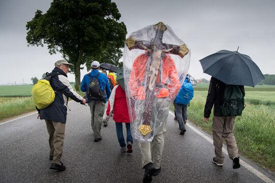Kirche im Regen - © APA / AFP / dpa / Peter Kneffel