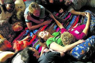 Kuschelparty - Absichtslose Berührung mit Fremden: Neben der Kuscheltherapie kann man auch auf Kuschelpartys einen akuten Berührungshunger stillen. Die Regeln sind ähnlich: Berührung findet nur über der Kleidung statt, erogene Zonen sind verboten. - © Getty Images / Spencer Platt