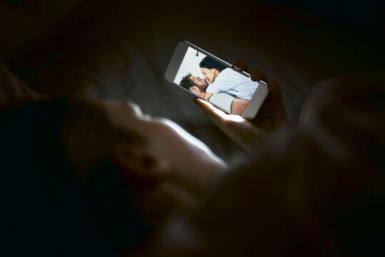 Tausendmal berührt - <strong>Digital Touch</strong><br /> In einer digitalisierten Gesellschaft nimmt die analoge Berührung immer mehr ab. So berühren wir beispielsweise unser Smartphone weitaus öfter als unseren Partner – nämllich durchschnittlich über 2600 Mal pro Tag. - © Rainer Messerklinger unter Verwendung zweier Bilder von iStock (TARIK KIZILKAYA und PeopleImages)