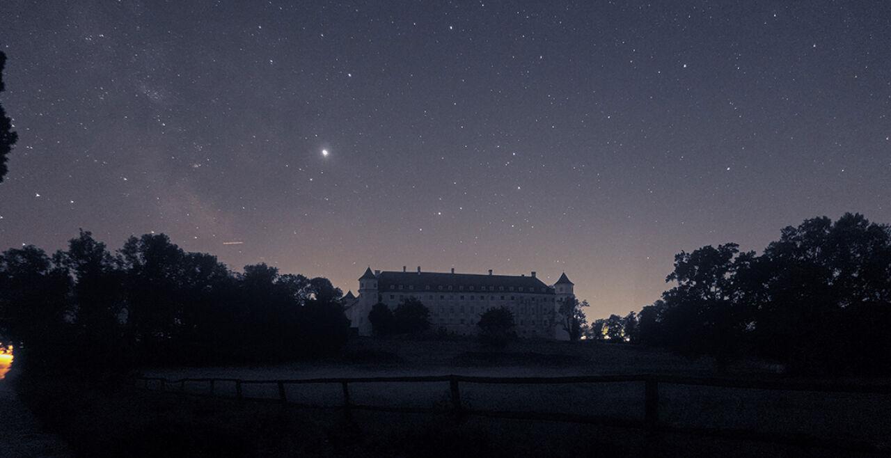 Naturnacht - Der Lebensraum Nacht ist nicht nur für Romantiker, sondern auch für Astronomen voller Schätze (Bild: Schloss Petronell im Nationalpark Donauauen. Die Dunkelheit wird hier von zwei Seiten durch die Großstädte Wien und Bratislava beeinträchtigt, sodass die Milchstraße nur noch schwer auszumachen ist.) - © Foto: G. Wuchterl, Verein Kuffner-Sternwarte/NHM
