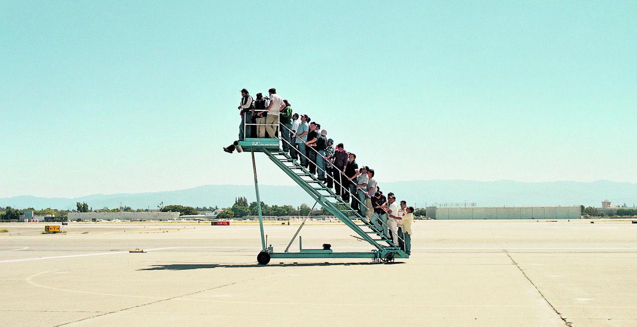 Adrian Pacis Schlüsselwerk zum Thema Migration - © Foto: Adrian Paci: Centro di permanenza temporanea, 2007 (Filmstill), Courtesy der Künstler / the artist, kaufmann repetto, Mailand / Milan, New York, Galerie Peter Kilchmann, Zürich