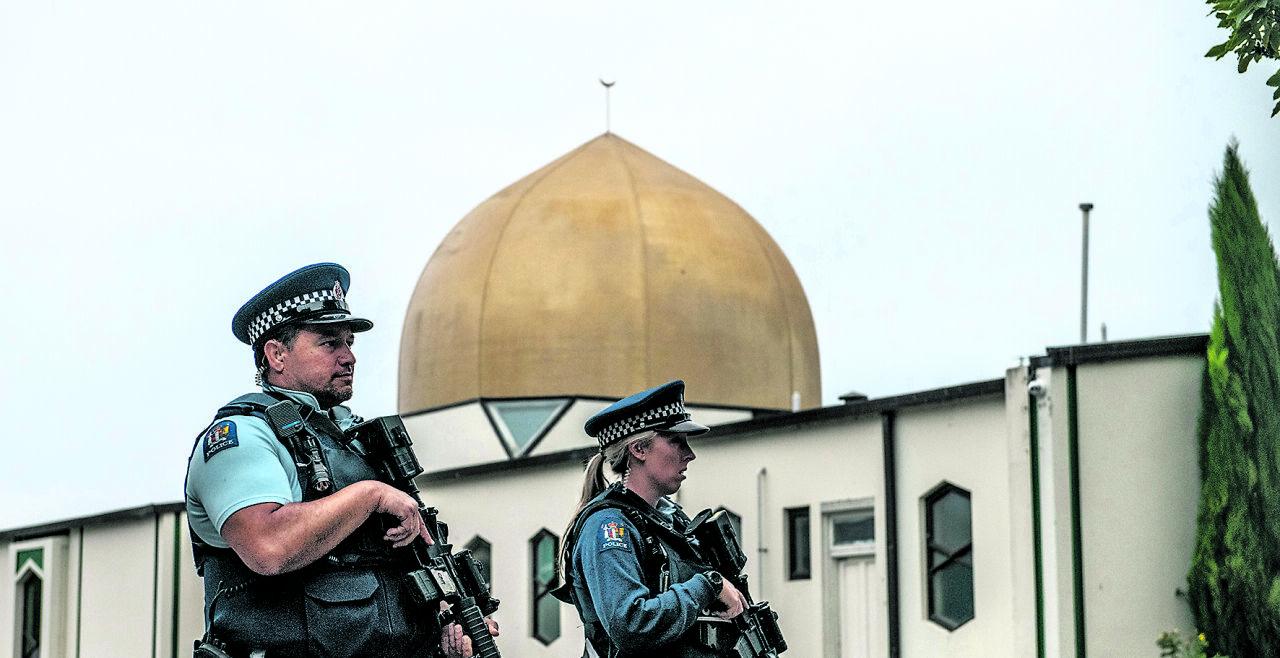 Terror I - Bewaffnete Polizei bewacht die Al-Noor-Moschee Christchurch, Neuseeland. Am 15. März tötete ein Attentäter in zwei Moscheen 50 Gottesdienstbesucher, indem er das Feuer auf die Betenden eröffnete. - © Getty Images Chamila Karunarathne/Anadolu Agency (rechts)