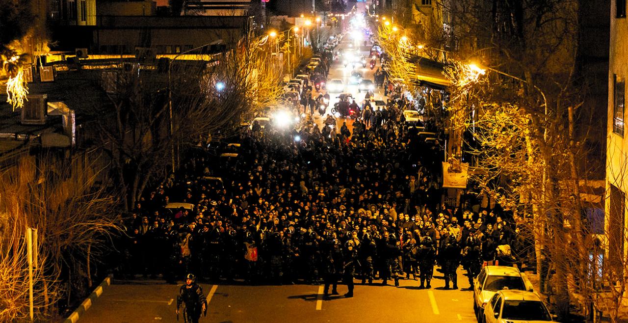 Neue Proteste - Nachdem das iranische Regime den versehentlichen Abschuss eines ukrainischen Jets zugab, kochten im Land wütende nächtliche Proteste hoch, die an jene im vergangenen November erinnerten. - © Foto: APA / AFP / STR