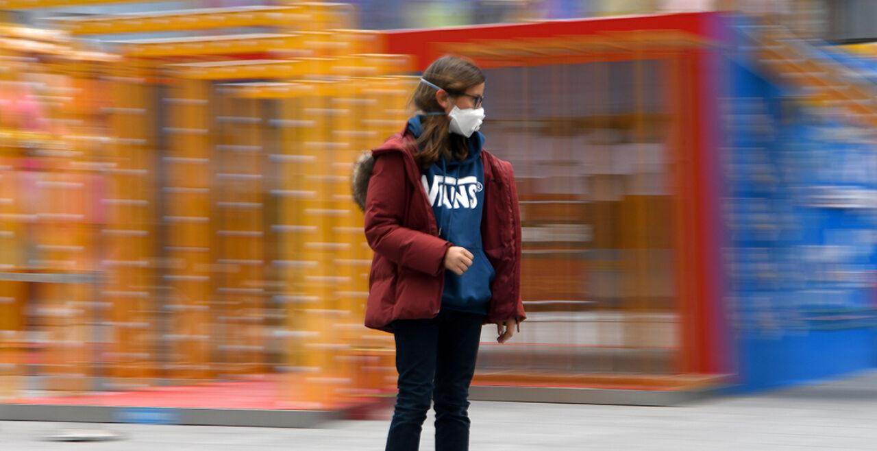 Leben mit Maske - © Foto: APA/AFP/Noel Celis