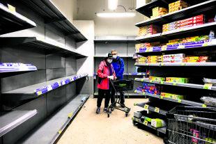 Corona-Krise - In China gibt es nun Hoffnung, dass es bezüglich der Ausbreitung des Coronavirus zu einer Stabilisierung kommt. Doch das Land wird längerfristig mit den wirtschaftlichen Folgen zu kämpfen haben (Bild: Supermarkt in Hongkong). - © Foto: APA / AFP / Philip Fong