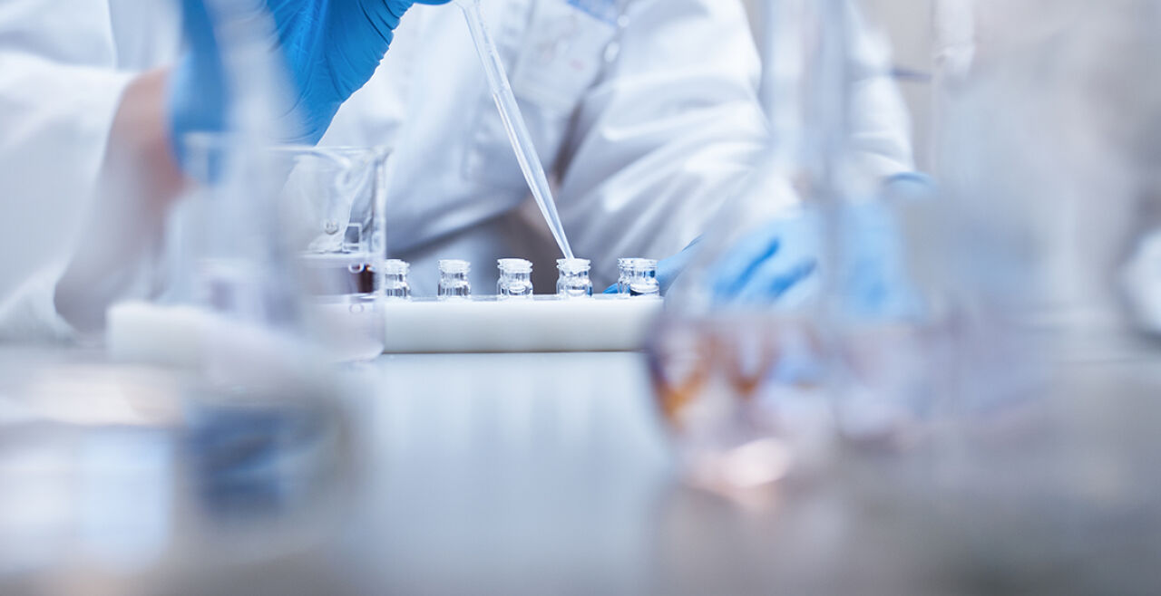 Dem Virus auf der Spur - In der Krise zeigt sich der Stellenwert öffentlich finanzierter Wissenschaft besonders deutlich. - © Foto: iStock/HRAUN