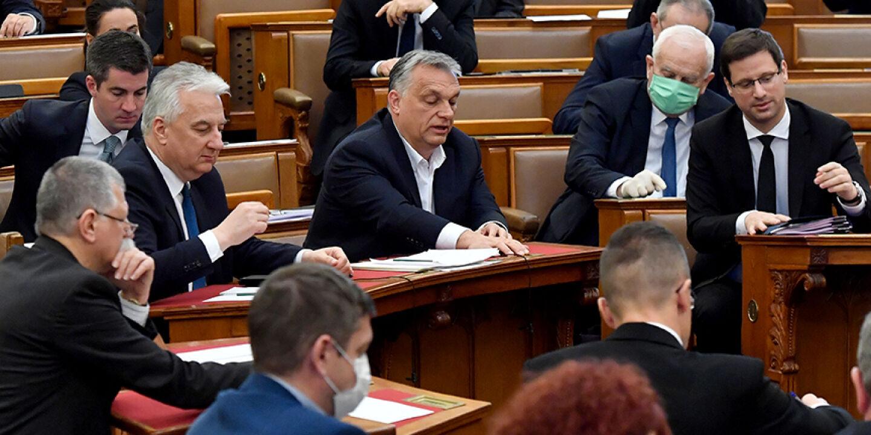 Orban im Parlament - © Foto: APA / AFP / POOL / Zoltan Mathe