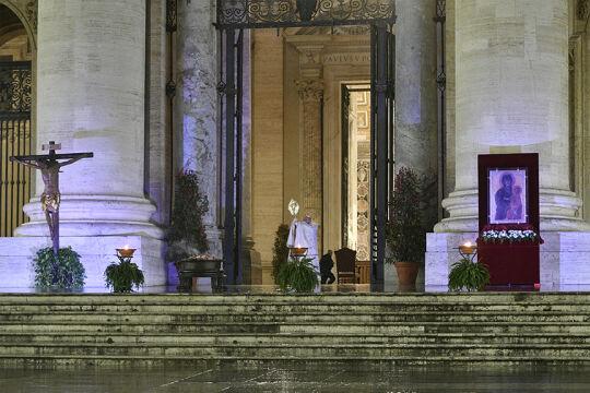Papst Franziskus allein am Petersplatz  - © Foto: APA / AFP / Vatican Media / Handout