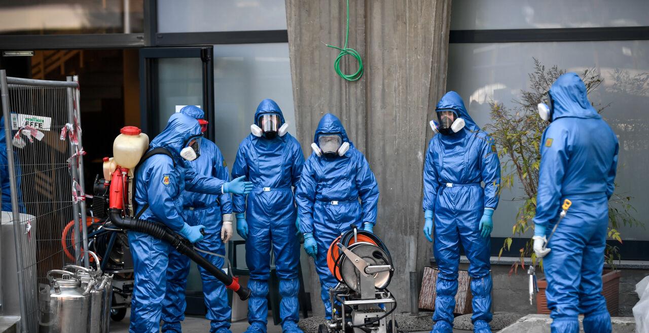 Virenschutz - Einsatzkräfte in Ganzkörperschutzanzügen versprühen Desinfektionsmittel: Dieses Bild hat derzeit weltweit dystopisches Potenzial (Bild: Ein italienisch-russisches Expertenteam desinfiziert ein Seniorenheim in einem Vorort von Bergamo). - © Foto:  picturedesk.com / laPresse / EXPA