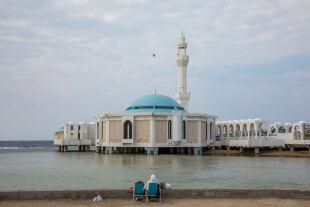 floating mosque, jeddah - © Getty Images / Corbis / Eric Lafforgue/Art in All of Us (Bild: Paar vor der Al-Rahman-Moschee in Dschidda, Saudi-Arabien)