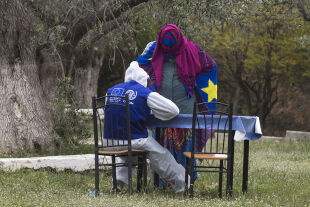 Flüchtling wird unterstützt - © Foto: Getty Images / Anadolu Agency / Kontributor