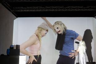 """Episch-Episodenhaftes - <strong>Kunst und Gewalt</strong><br /> Markus Öhrn beschäftigt sich in """"3 Episodes of Life"""" mit den Themen Gewalt, Manipulation und Machtmissbrauch im Kunstbetrieb. Die Form, die er dafür gebraucht, nennt er """"Silent Movie Theatre"""". - © Nurith Wagner-Strauss"""