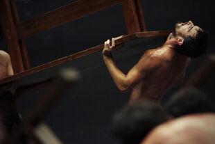 Liddells Lustknaben - Angélica Liddells freizügiges Körpertheater über Eros und Thanatos bleibt letztendlich an der Oberfläche. - © Bruno Simao
