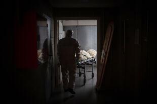 """Corona und unser Ziel - In der Covid-19-Krise ist unser Ziel, möglichst wenige Tote zu haben. Aber die Rechnung ändert sich, wenn nicht nur """"Corona-Tote"""" sondern die Gesamtheit der Toten als Ziel genommen werden. - © Foto: Getty Images / Europa Press News"""