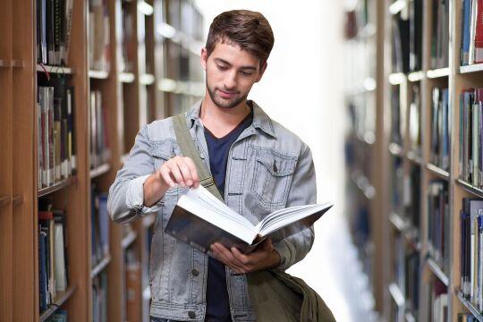 Student in Bibliothek - © Gerd Altmann / Pixabay