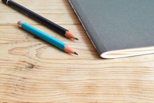 Bleistifte auf Holztisch  - © Pexels