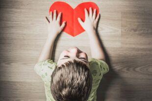 Kind Herz - © Foto: Anna Kolosyuk / Unsplash