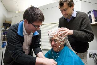 Meditation vermessen - Der tibetisch-buddhistische Mönch und Bestseller-Autor Matthieu Ricard wird für eine EEG-Messung vorbereitet. - © Foto: AFP Photo / Jeff Miller/ University Of Wisconsin-Madison