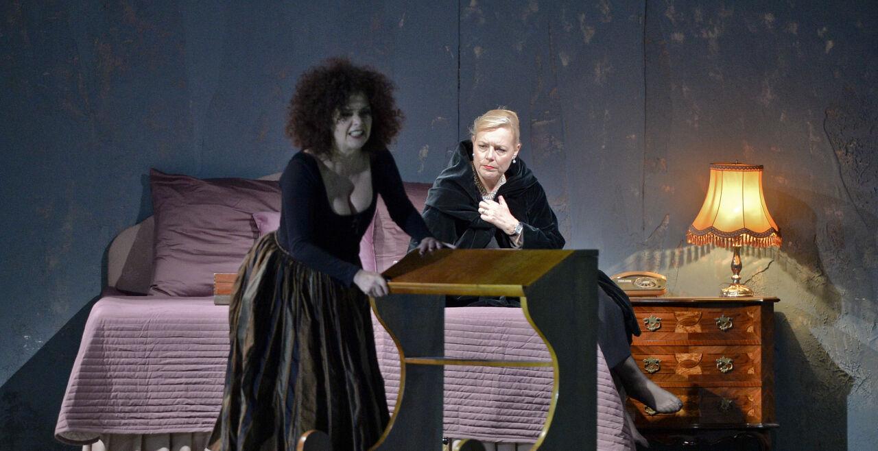 La Mère coupale - Theater an der Wien - Angelika Kirchschlager (links) als Suzanne und Mireille Delunsch als Rosine, Comtesse Almaviva.<br /> La Mère coupale<br /> Theater an der Wien<br /> 15., 17. Mai 2015 - © APA/Neubauer