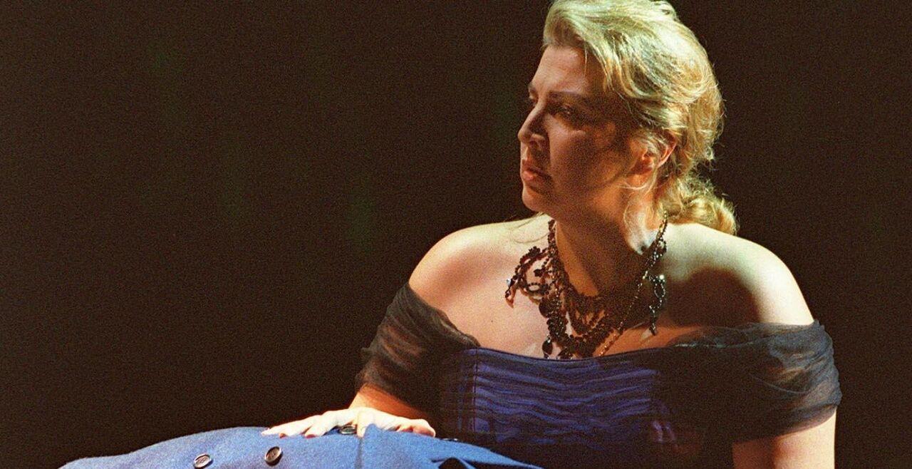 """Verdis """"Nabucco"""" 2001 in der Wiener Staatsoper - Maria Guleghina als Sklavin Abigaille und Leo Nucci als Nabucco in einer Szene aus Verdis gleichnamiger Oper, die am 31. Mai 2001 an der Staatsoper zur Erstaufführung gelangt. - © APA/ZEININGER"""
