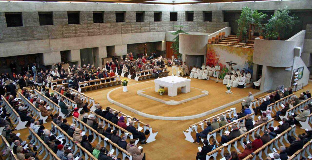 """Konzilsgedächtniskirche Lainz-Speising - Das II. Vatikanum hat die """"tätige Teilnahme"""" aller Feiernden betont. Die Konzilsgedächtniskirche Lainz-Speising in Wien wurde 2012 zum 50-Jahr-Jubiläum des II. Vatikanischen Konzils renoviert. Sie ist nach der Gemeinschafts-Struktur (""""Communio"""") gestaltet, in der der Altar und Ambo im Mittelpunkt stehen. Die Sitzplätze für die Feiernden sind rundherum angeordnet. Es ist ein typischer Gottesdienstraum nach der Liturgiereform. - © Erzdiözese Wien"""