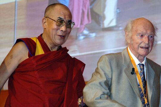 Dalai Lama getroffen - Dalai Lama und Heinrich Harrer: Schüler und Lehrer und Freunde fürs Leben – das soll schlecht gewesen sein? - © DPA/Boris Roessler