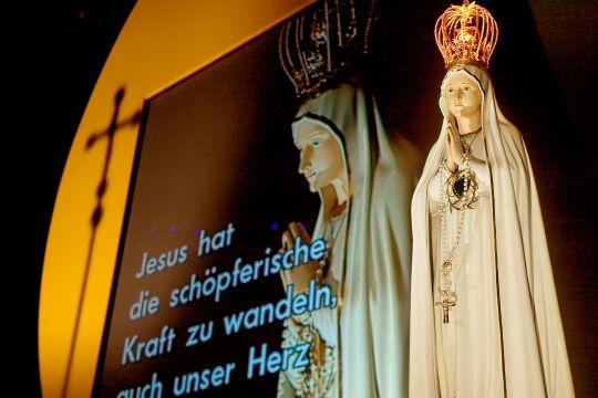 Fatima-Madonna - Fatima-Madonna bei einer Veranstaltung des Rosenkranz-Sühnekreuzzugs in der Wiener Stadthalle - © Kathbild/Franz Josef Rupprecht
