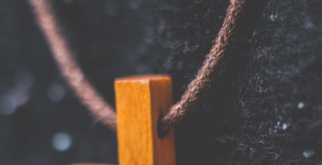 Kreuz aus Holz - © Pexels / Thijs van der Weide