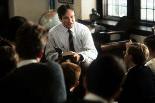 """Robin Williams im Filmklassiker """"Der Club der toten Dichter""""  - Robin Williams verkörpert im Filmklassiker """"Der Club der toten Dichter"""" (1989) das – scheinbare – Idealbild eines engagierten Pädagogen. Doch so viel Charisma birgt auch Gefahren. - © Foto: Touchstone Pictures / Getty Images"""