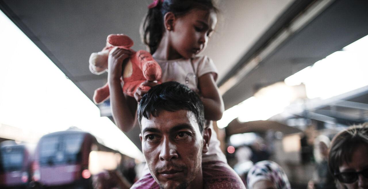 Ankunft in Österreich 2015 - seither sind die Asylanträge rapide gesunken - Insgesamt 88.340 Menschen stellten 2015 in Österreich einen Asylantrag. 2016 sank diese Zahl auf weniger als die Hälfte. Seither gingen die Anträge weiter rapide zurück bis auf 5424, den auch coronabedingt niedrigsten Wert im ersten Halbjahr 2020. - © AFP Photo / Patrick Domingo