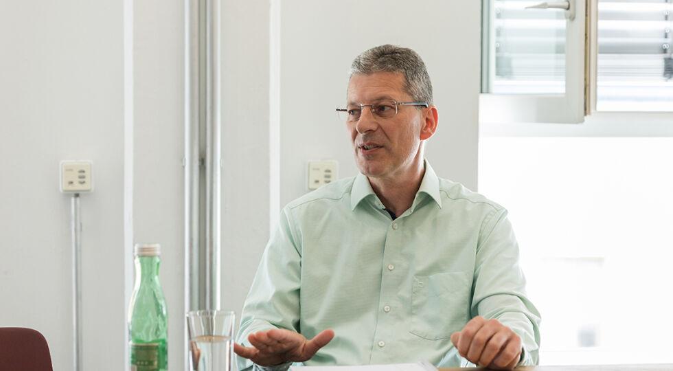 Schulanfang - Thomas Krebs, Vorsitzender des Wiener Zentralausschusses in der Pflichtschullehrergewerkschaft, möchte das Engagement der Pädagogen gewürdigt wissen. - © Fotos: Carolina Franke
