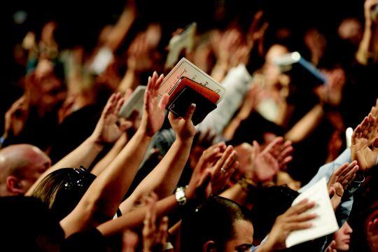 """Bibel - Awakening Europe - Das Massenevent """"Awakening Europe"""" hat wegen eines Gebets für Sebastian Kurz für Aufregung gesorgt. Problematisch ist auch die Ausblendung der Ver- gangenheit. Eine Analyse. - © Foto: Pixabay / J F"""