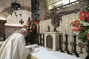 past Assis - ©  APA / AFP / Vatican Media / Handout - 3. Oktober 2020: Papst Franziskus unterzeichnet am Grab des hl. Franziskus in Assisi die neue Enzyklika