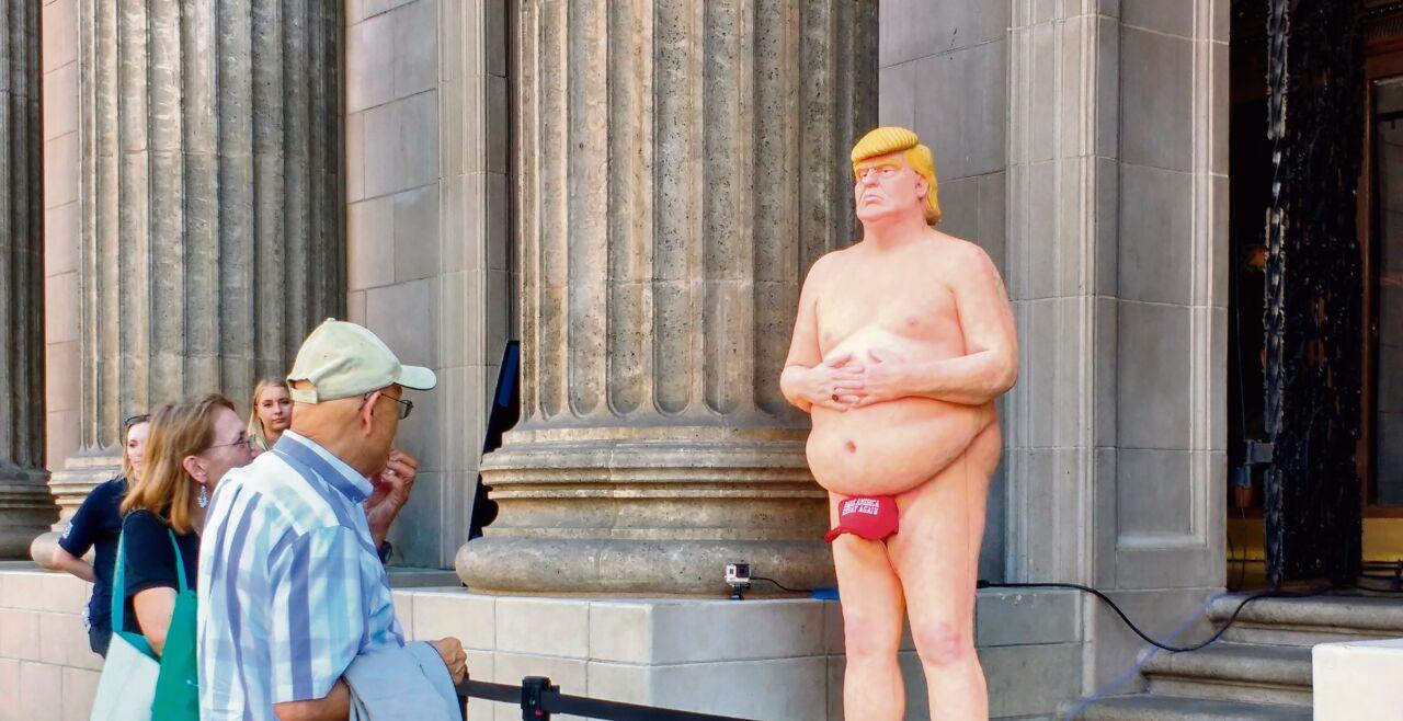 Politik Parodie - Während des Wahlkampfs hat eine Künstlergruppe eine nackte Trump-Statue mitten in Manhattan postiert. Sie wurde rasch entfernt. - © Foto: Alex Millauer / Shutterstock