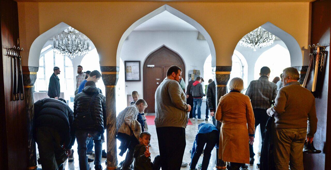Muslime - Unbekannte Welten die religiösen Welten der Muslime im Lande sind für die nichtmuslimischen Österreicher meist ein  unbekanntes  terrain. tage der offenen tür in den Moscheen (Bild) sind bestenfalls ein erster schritt, das zu ändern.  - © Foto: APA / Neubauer